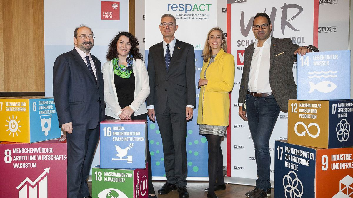 v.l.n.r.: Michael Green (Keynote CSR-Tag & CEO Social Progress Imperative), Ingrid Felipe (LHStvinTirol), Peter Giffinger (respACT-Präs.& CEO Austria bei Saint-Gobain), Daniela Knieling (respACT GF) und Christoph Walser (Präs.WKO Tirol)